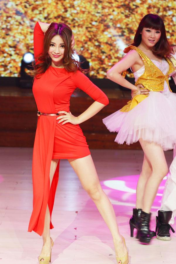 高清:柳岩红裙亮相《天天向上》 丰胸纤腰美腿