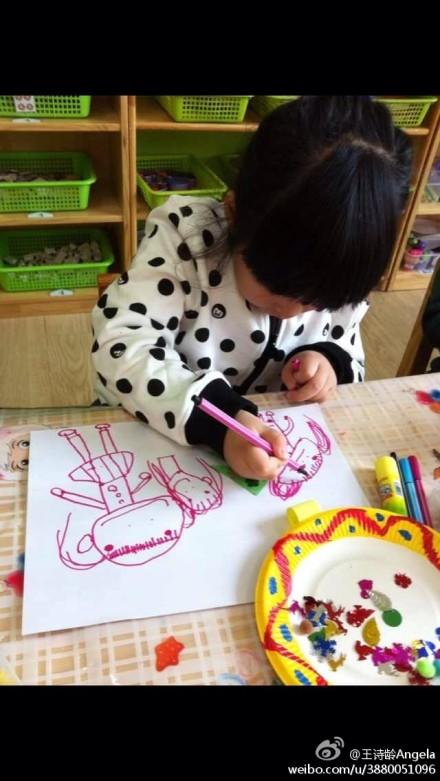 王诗龄晒幼儿园画画照