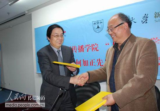 人民网何加正(左)与南京大学新闻传播学院院长方延明签署合作协议