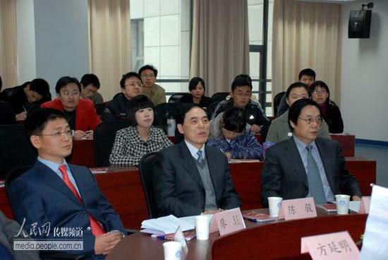 南京大学校长陈骏(中)出席启动仪式