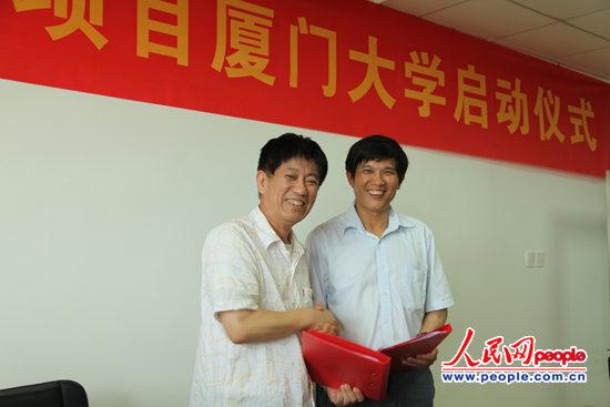 厦大新闻传播学院常务副院长黄星民(左)与人民网副总裁官建文签署奖学金合作协议