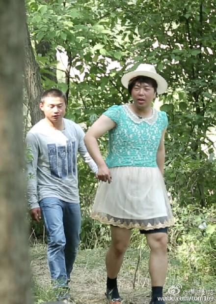 杜海涛穿纱裙现身丛林粗腿抢镜 网友:亮瞎我的眼