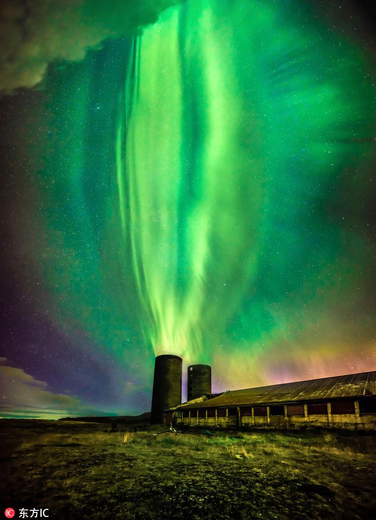"""摄影师拍冰岛北极光 喷涌炸裂似《魔戒》""""索伦之眼"""""""