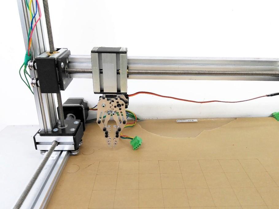 3 机械臂运动装置   机械臂的硬件主要由三组单轴t形丝杠导轨滑台和一
