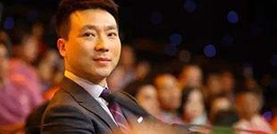 """央视名嘴康辉的春晚记忆        2015年前,康辉一直以《新闻联播》""""国脸""""形象出现在屏幕中,当他首次加入春晚主持阵容时……"""