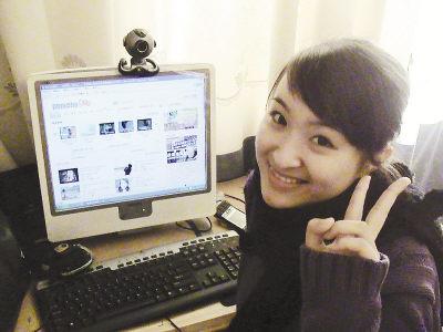 照片:孙盛坐在电脑前表示