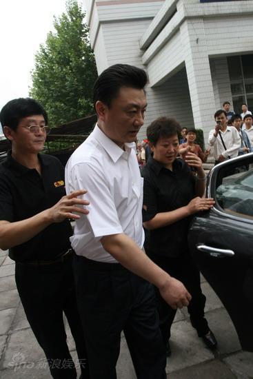 直击现场:央视主持人王宁在护送下离开--传媒-