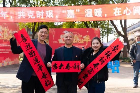 """吃饺子、写福字、开年会……上海留岗工友们在""""嘉""""过年"""